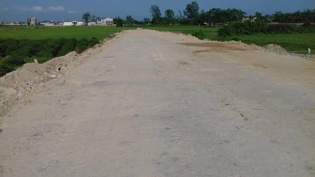 Đoạn đường qua xã Quang Lộc với chiều dài 150m, đơn vị thi công không bóc lớp đất phong hóa phía dưới mà đổ trực tiếp đất làm nền lên. Ảnh: Ngọc Hưng
