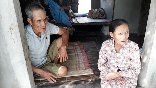 Hai vợ chồng lão nông Nguyễn Ngọc Đáp trong ngôi nhà nhỏ của mình.