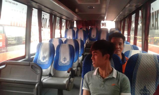 Một chiếc xe khách chạy tuyến Hà Nội - Thái Bình trống trơn vào giờ xuất bến.