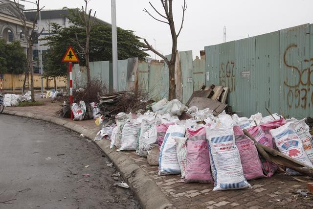 Một đoạn vỉa hè bị rác thải chiếm trọn lối đi.