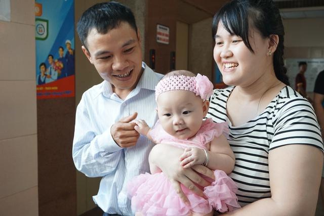 Vợ chồng anh Thanh, chị Thu hạnh phúc bên con gái sinh ra từ trứng đông lạnh.