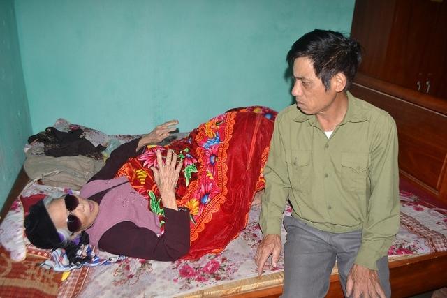 Cụ Trần Thị Nguyệt (mẹ anh Cường) ốm liệt giường từ khi biết tin con trai gặp nạn. Ảnh: Đức Tùy