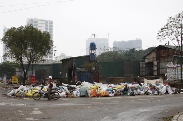 Một bãi rác rất lớn nằm ngay trên đường.