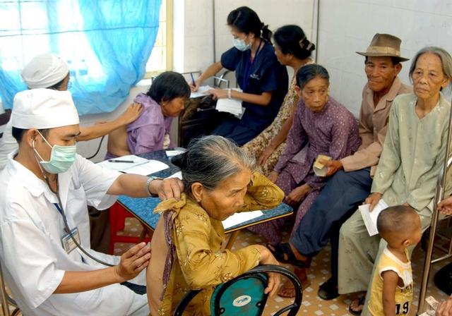 Khám sức khỏe định kỳ sẽ giúp người cao tuổi đề phòng với bệnh tật. Ảnh: P.V