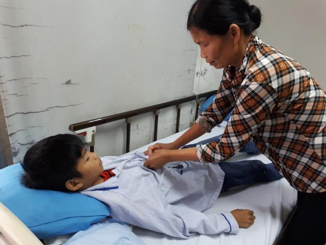 Lợi mắc bệnh tan máu bẩm sinh, bà Hòa luôn phải theo con đến bệnh viện để truyền máu định kỳ, duy trì sự sống. Ảnh: P.T