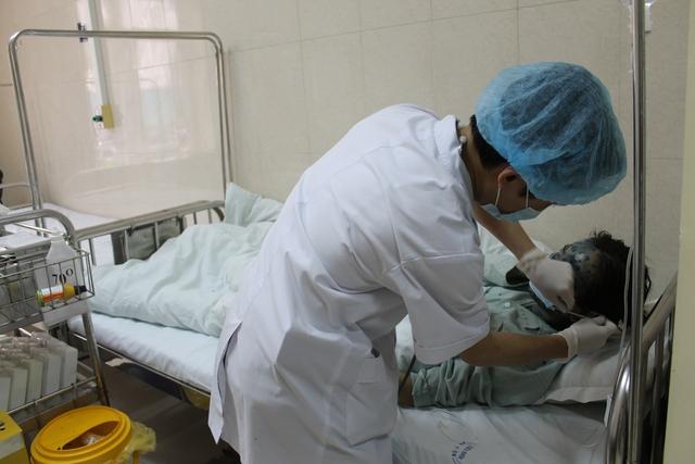 Điều trị cho bệnh nhân thủy đậu tại Bệnh viện E. Ảnh: TX