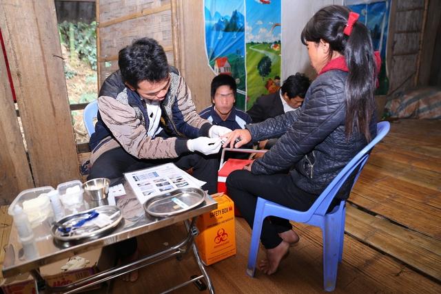 Cán bộ y tế huyện Mường Lát, Thanh Hóa, hướng dẫn người dân tự xét nghiệm HIV tại nhà. Ảnh: P.V