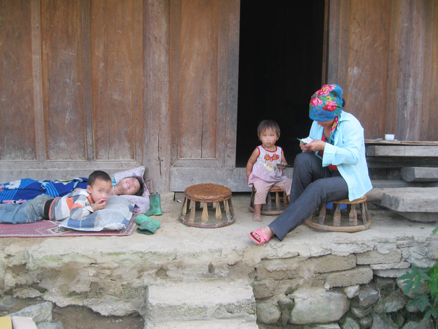 Người mẹ 3 con ở huyện miền núi Kì Sơn này kết hôn từ năm 14 tuổi. ảnh: Tiến Dũng