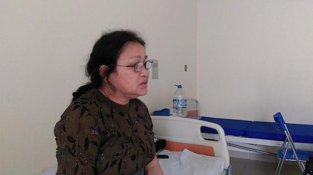 Hơn 10 năm đồng hành cùng con chữa bệnh, với bà Liên ngày 20/10 cũng như bao ngày khác, bà cầu nguyện cho sức khỏe con trai tốt hơn. Ảnh:N.THI