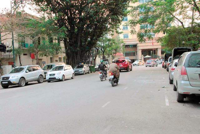 Hai tuyến phố Lý Thường Kiệt và Trần Hưng Đạo vẫn thu phí gửi xe theo hình thức cũ thay vì ứng dụng bằng phần mềm điện thoại như dự kiến từ 1/4/2017. Ảnh: Cao Tuân