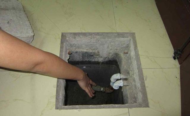 Khi thau rửa bể ngầm cần mở nắp một thời gian để khí độc bay hết. Ảnh: T.L