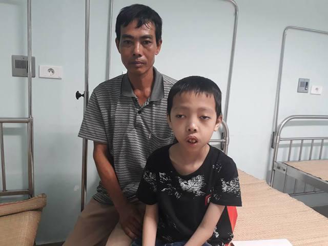 Bố con cháu Tiến tại Bệnh viện Nhi Trung ương. Ảnh: Minh Ngọc