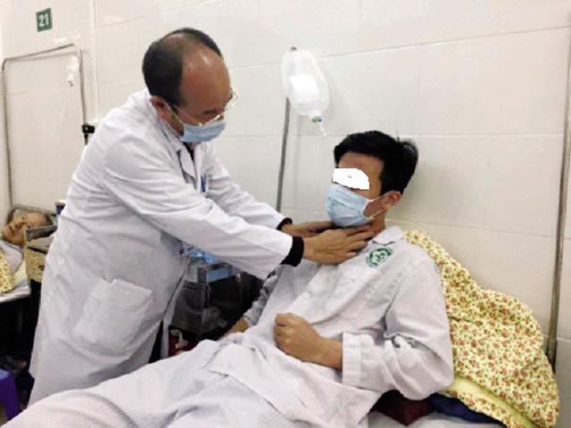BS Cường đang khám cho một bệnh nhân quai bị. Ảnh: HD