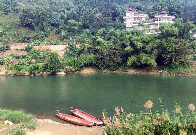 Một bến đò chui ngay sát Cửa khẩu quốc tế Lào Cai, ngay bờ bên kia là địa phận Trung Quốc.