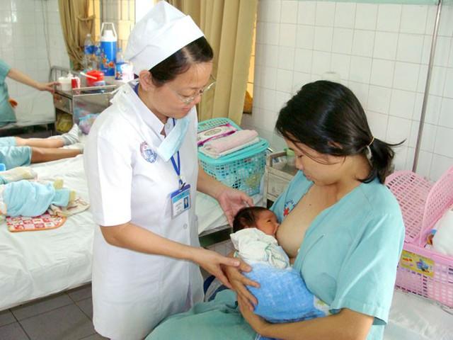 Để bầu vú mẹ ở tư thế tự nhiên, bé có thể cảm nhận vú mẹ bằng má, giúp bé có thể há rộng miệng và tìm cách ngậm núm vú. Ảnh: T.L