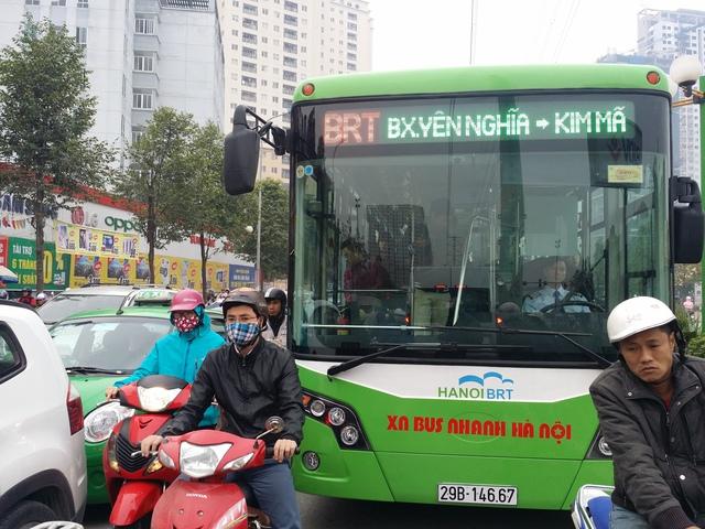 Vào giờ cao điểm, các phương tiện chen nhau đi vào làn đường dành cho xe buýt nhanh.