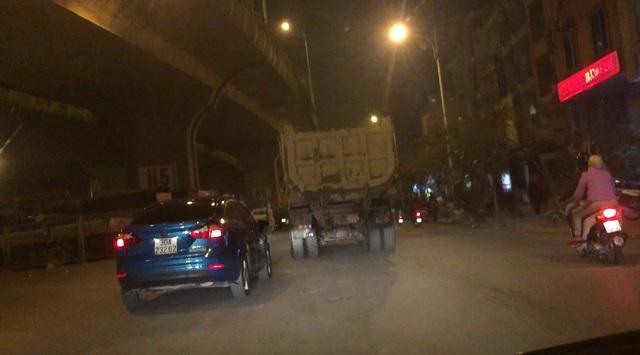 PV theo chân những chiếc xe tải đổ trộm phế thải ra sông Hồng (ảnh cắt từ clip).