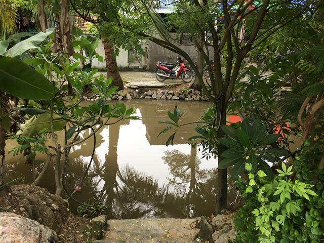 Con mương trước cửa nhà, nơi 3 cháu bé đuối nước. Ảnh: K.Hòa