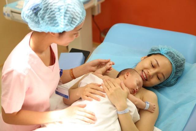 """Việc thực hiện """"da kề da"""" ngay sau sinh mang đến rất nhiều lợi ích sau cho bé như ổn định thân nhiệt của bé, hệ hô hấp ổn định, tăng tình cảm mẹ và con, đặc biệt là giảm các hỗ trợ về y tế cho bé, nhất là với các bé sinh non và nhẹ cân… Ảnh: T.G"""