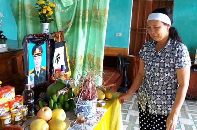 Bà Lụa không cầm được nước mắt trước nỗi đau quá lớn khi vụ tai nạn xảy ra. Ảnh: Đức Tùy
