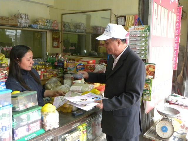 Ông Nguyễn Xuân Cử, Tổ trưởng Tổ 5, thị trấn Đông Hưng tuyên truyền, vận động người dân thực hiện tốt chính sách DS-KHHGĐ. Ảnh: Thu Hà