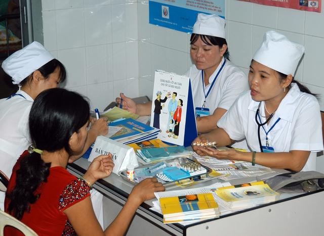 Cán bộ y tế tư vấn các biện pháp tránh thai an toàn cho người dân tại Chiến dịch chăm sóc sức khỏe sinh sản. Ảnh: Dương Ngọc