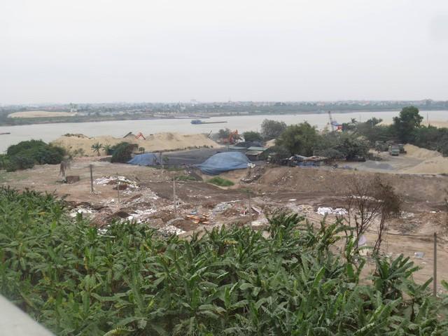 Ảnh hiện trường bãi tập kết đất thải trái phép tại tổ 21, phường Thanh Trì, dưới chân cầu Thanh Trì. Ảnh: PB