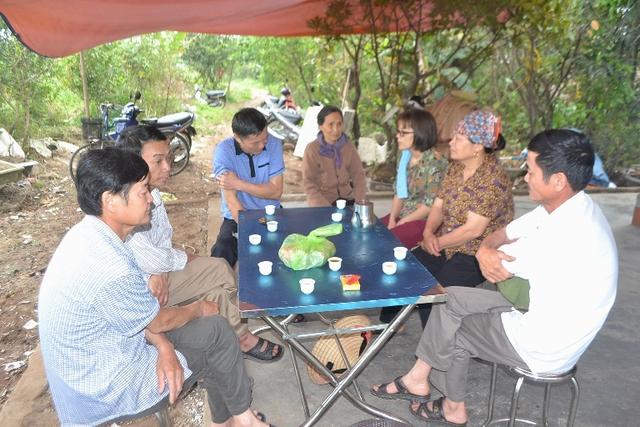 Nhiều họ hàng, người thân đến hỏi thăm động viên gia đình cháu Thành.