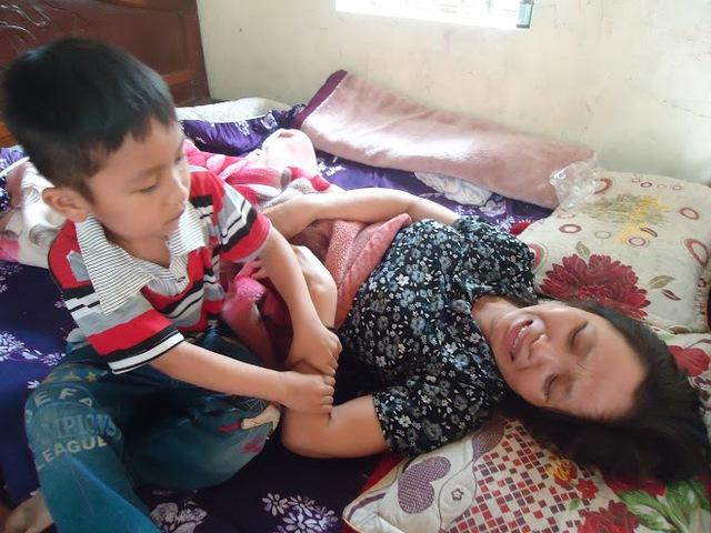 Bé Toàn Thắng có thể phải nghỉ học vì mẹ nằm liệt một chỗ. Ảnh: P.T