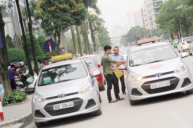 Tình trạng ùn tắc giao thông tại phố Duy Tân (quận Cầu Giấy). Ảnh: Nhật Tân