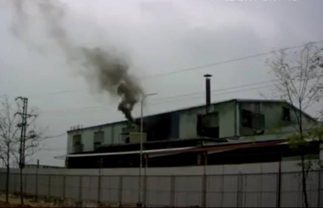Hình ảnh nhà máy Sunhouse đang xả khói đen ra môi trường. Ảnh: TL