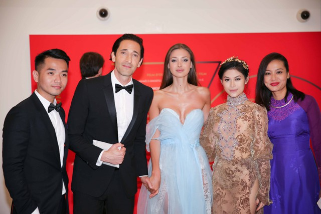 Đoàn điện ảnh Việt Nam bên cạnh các nghệ sĩ quốc tế tại LHP Cannes. Ảnh: TL