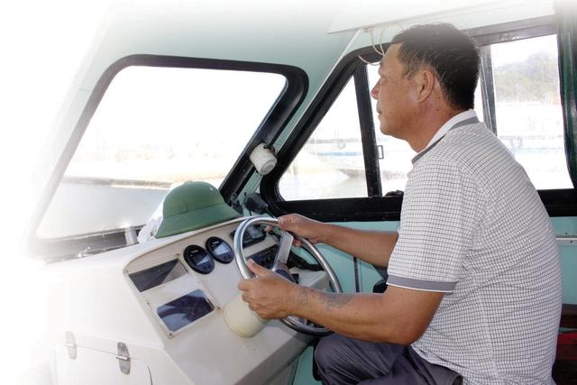 Anh Lương Văn Long - người lái xuồng cấp cứu đặc biệt ở huyện đảo Cô Tô (Quảng Ninh). Ảnh: Võ Thu