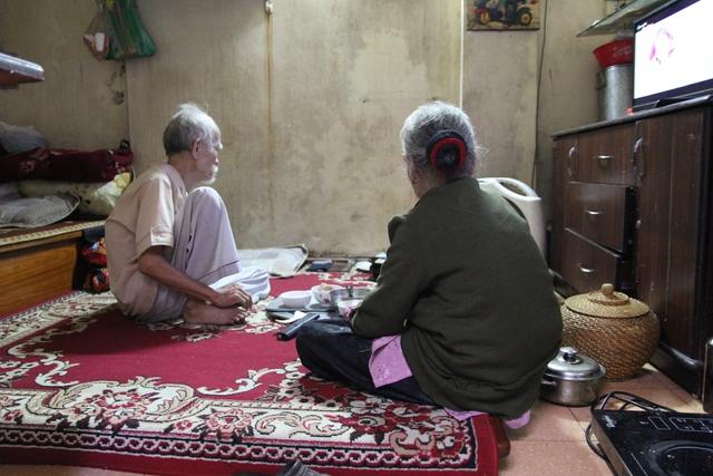 Cuộc sống cơ cực của vợ chồng ông Trần Văn Lợi tại căn nhà 6m2 ở phố Hàng Gà. ảnh: T.G
