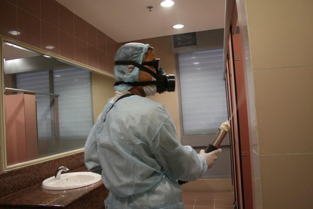 Phun thuốc diệt muỗi là một trong những biện pháp ngăn ngừa bệnh SXH hiệu quả. Ảnh: Chí Cường