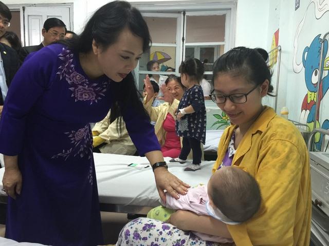 Bộ trưởng Bộ Y tế Nguyễn Thị Kim Tiến thăm hỏi sức khỏe của bệnh nhi điều trị tại khoa Nhi, Bệnh viện Thanh Nhàn. Ảnh: V.Thu