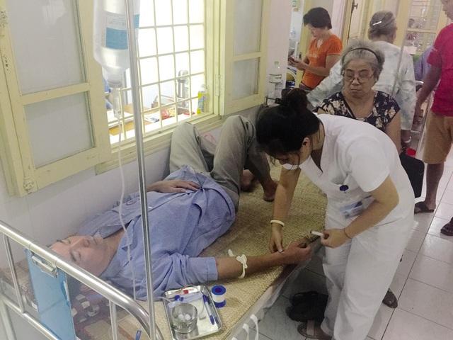Bác sĩ Khoa Truyền nhiễm, Bệnh viện Đa khoa Đống Đa thăm khám bệnh nhân SXH. Ảnh: V.Thu