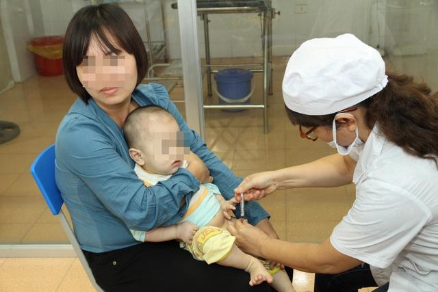 Tiêm vaccine phòng bệnh viêm màng não do não mô cầu là biện pháp phòng bệnh hữu hiệu. Ảnh: Chí Cường