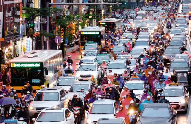 Giao thông Hà Nội thường xuyên tắc đường vào giờ cao điểm- ảnh chụp tại đường Tây Sơn. Ảnh: Đình Việt