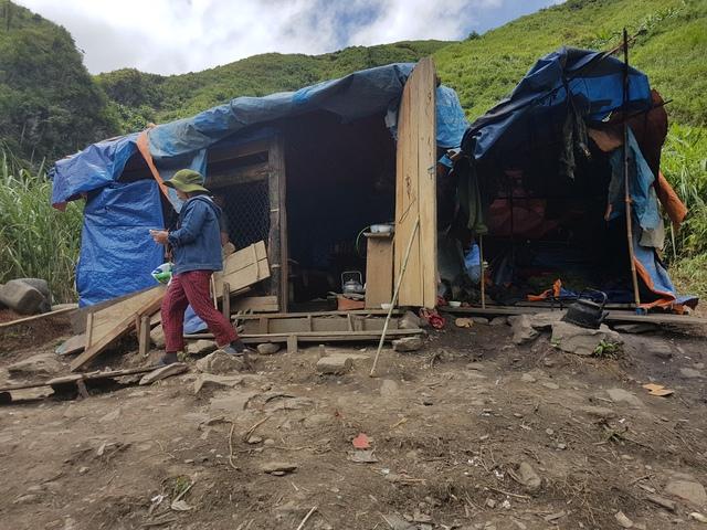 """Quán tạp hóa của bà Lâm nằm trên đỉnh núi – Đây cũng là nơi thu mua vàng của những người """"lọ mọ"""". Ảnh: PV"""
