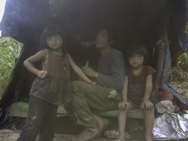"""Thào A Chở bên 2 cô con gái mà anh """"cắp nách"""" từ quê ở Mù Cang Chải (Yên Bái) sang đây sinh sống."""