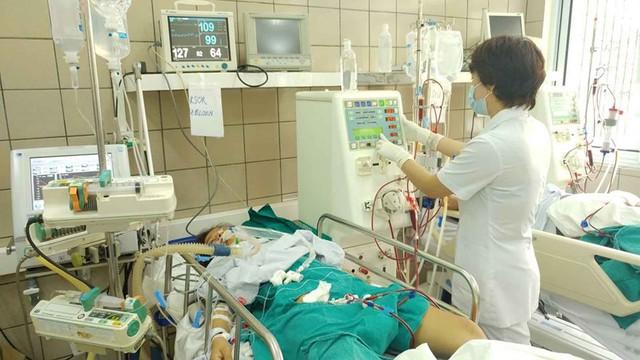 Bệnh nhân ngộ độc rượu điều trị tại Trung tâm Chống độc (Bệnh viện Bạch Mai). Ảnh: T.Đ