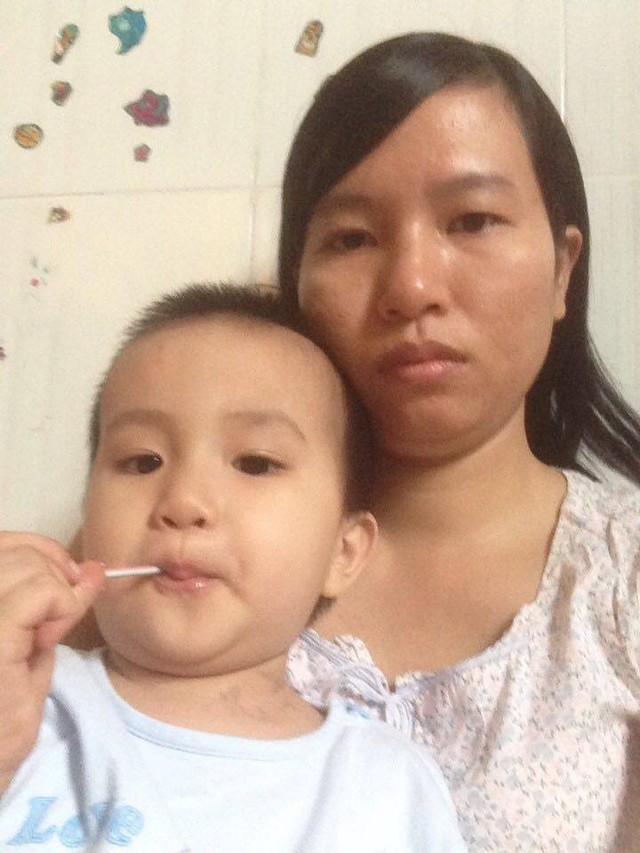 Bé Nguyễn Đoàn Nhật Hạ và mẹ tại bệnh viện. Ảnh: T.G