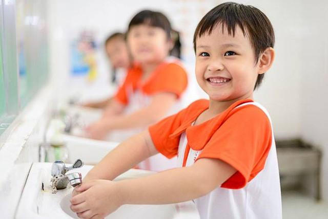 Nhắc trẻ thường xuyên rửa tay bằng xà phòng để hạn chế mắc bệnh. Ảnh minh họa