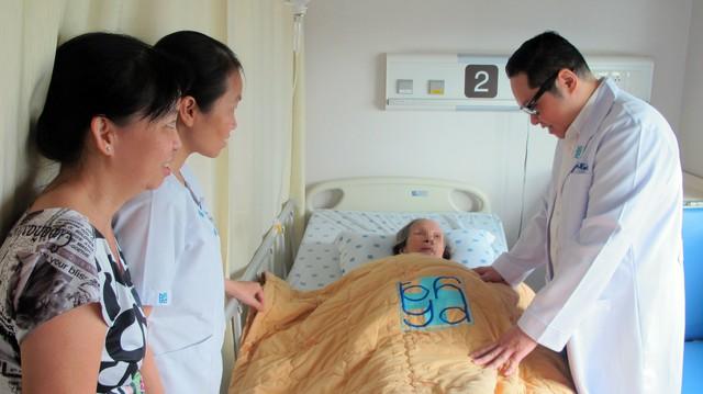 Một cụ bà được các bác sĩ Bệnh viện ĐH Y Dược TPHCM phẫu thuật bệnh sa sinh dục. Ảnh: TL