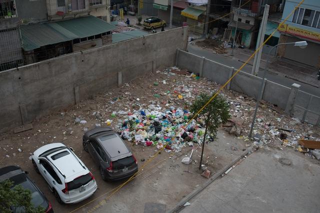 Rác ngập ngụa trong chung cư 250 Minh Khai.
