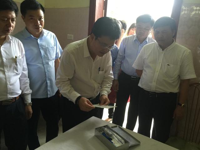 Thứ trưởng Bộ Y tế Phạm Lê Tuấn kiểm tra hộp lưu trữ thuốc tại Trạm Y tế xã Đồng Thịnh, huyện Yên Lập, tỉnh Phú Thọ. Ảnh: PV