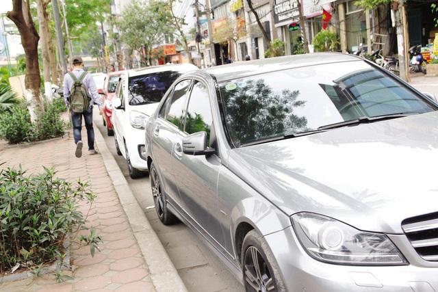 Tại tuyến đường Nguyễn Khang (Cầu Giấy) ô tô đỗ dưới lòng đường gây khó cho người đi bộ.