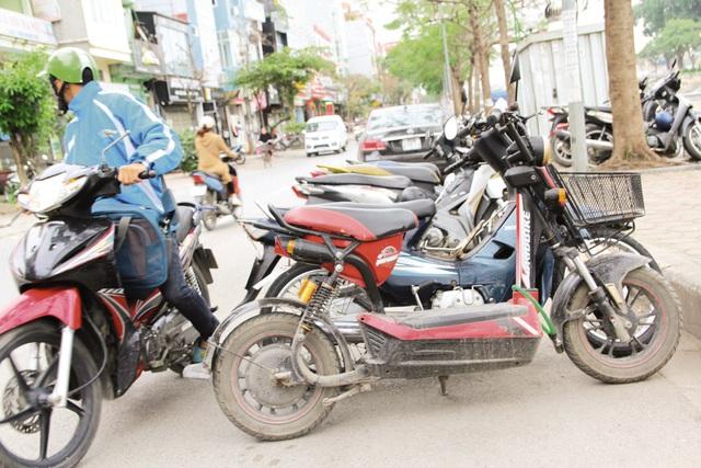 Một bãi xe tự phát trên đường Nguyễn Ngọc Vũ (Cầu Giấy). Ảnh: Nhật Tân