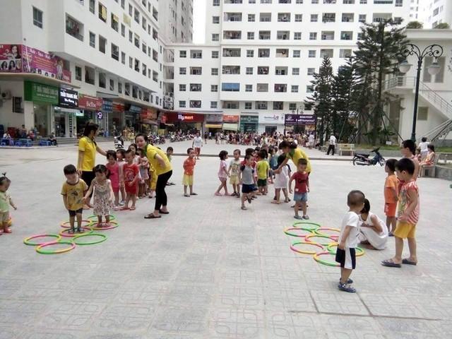 Do không có diện tích rộng để làm sân chơi, nhiều cơ sở mầm non tại Khu đô thị HH Linh Đàm đã sử dụng sân chung cư để khắc phục. Ảnh: Q.Anh